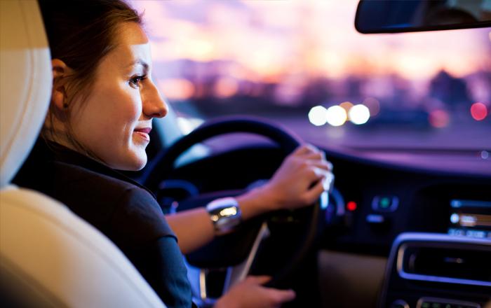 uma mulher segurando um volante